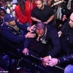 Busta Rhymes chute pendant un concert de O.T Genasis (2014)