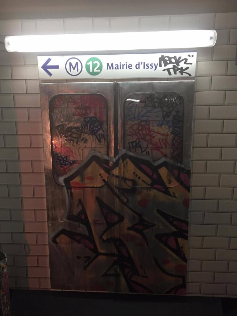 image graffiti metro mairie d'issy