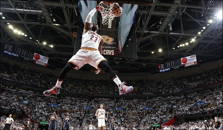 image lebron dunk vs pacer 18 avril 17