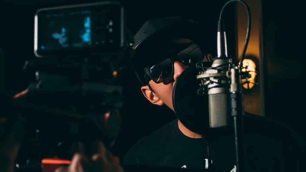 Ce rappeur bouffe le micro en studio